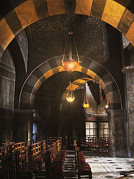 450px-Aachen-cathedral-inside