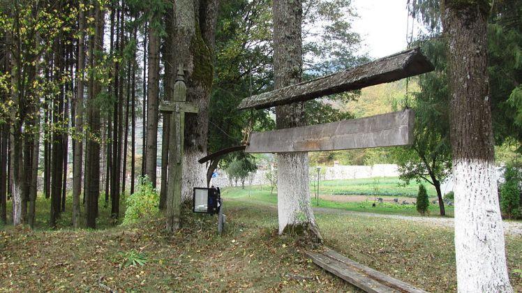 1024px-Mănăstirea_Lupşa,Alba-Cruce_şi_Toacă-IMG_29