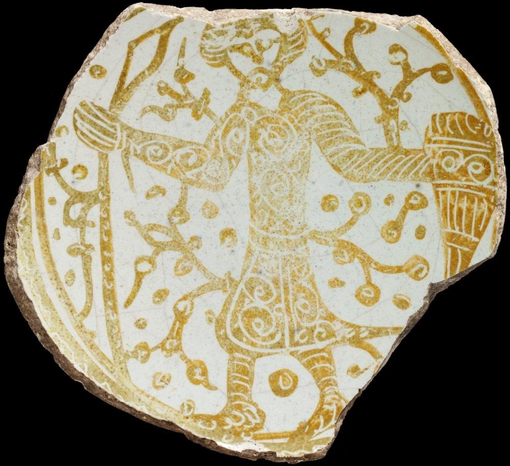 На цьому Фатимідському блюді X-XI ст. зображено воїна з каплевидним щитом ймовірно вірменина. Знахідку